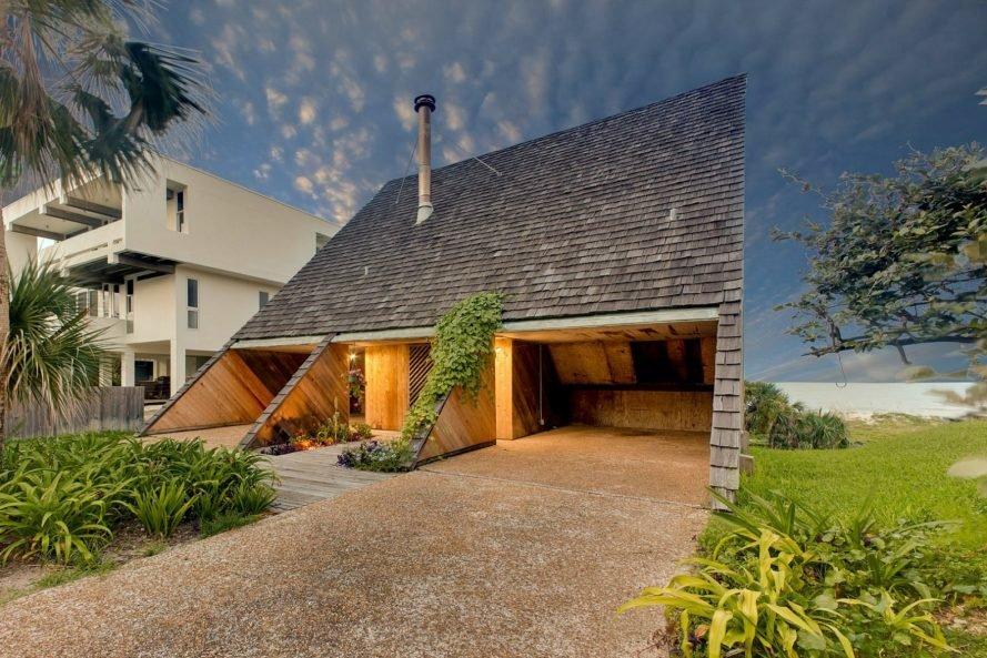 Độc đáo ngôi nhà hình tam giác ẩn mình bên bờ biển