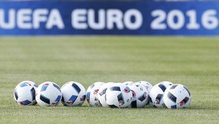 Các nhà ngoại giao EU đá bóng hưởng ứng Euro 2016