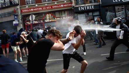 Cảnh sát ra tay bảo vệ CĐV Anh khỏi hooligan Nga