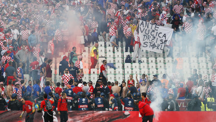 HLV tuyển Croatia lên án vụ CĐV ném pháo sáng