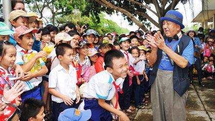 Mạc Can cùng Môtô học bổng về với trẻ em vùng lũ Ô Loan