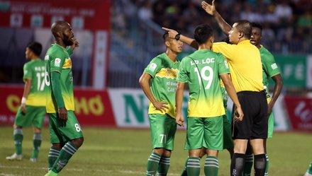 Trọng tài Nguyễn Trọng Thư bị phản ứng trên sân Cần Thơ