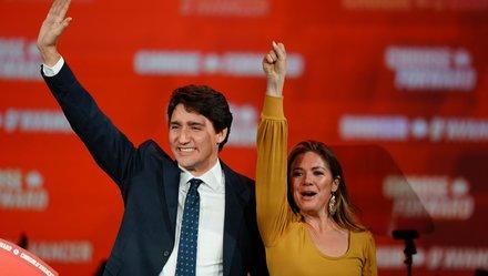 Ông Trudeau và vợ, bà Sophie Gregoire Trudeau, hoan hỉ sau kết quả bầu cử. Ảnh: Reuters