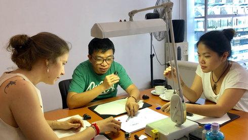 Qua Campuchia học cách phân biệt đá quý