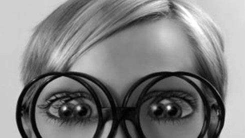 Bệnh mắt chéo do xem smartphone quá nhiều