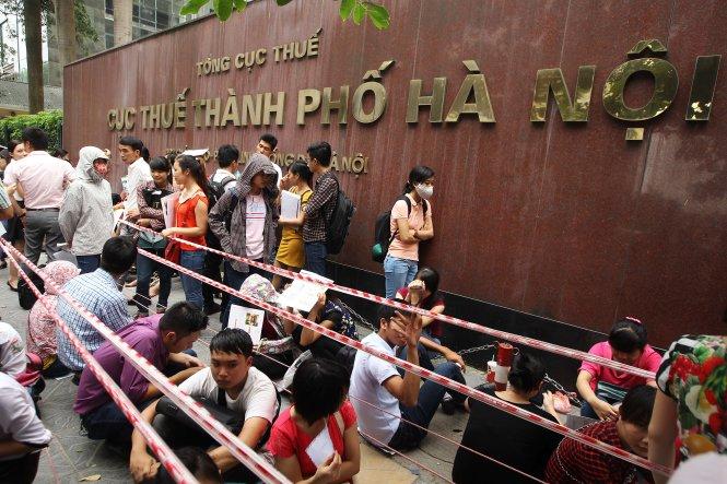 Xếp hàng nộp đơn thi công chức tại Cục Thuế Hà Nội - Ảnh: Nguyễn Khánh
