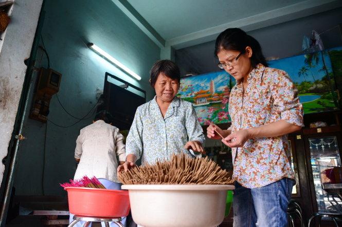 Check the finished incense - Photo: Huu Khoa