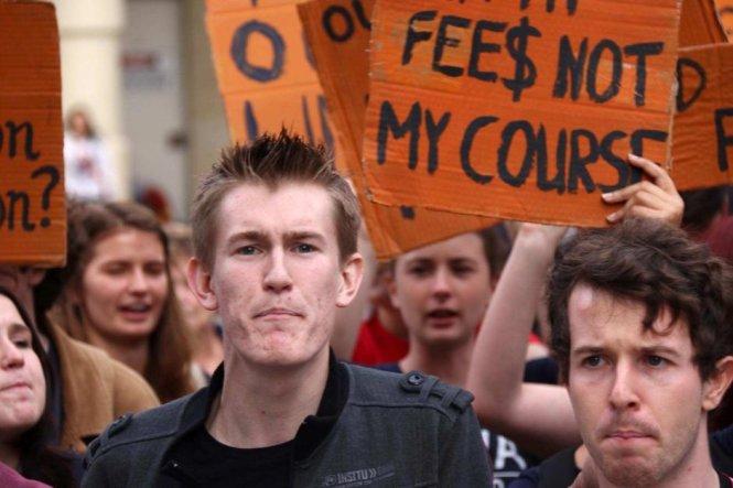 Sinh viên Úc biểu tình hồi tháng 5 phản đối việc chính phủ bãi bỏ chính sách học phí để cho phép các trường tự đưa ra mức phí - Ảnh: abc.net.au