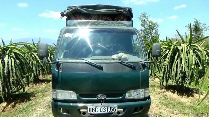 Chiếc xe tải đang được công an huyện Hàm Thuận Nam tạm giữ  Vụ lừa mua thanh long: lừa cả chủ vựa và chủ vườn? twSiWXs7