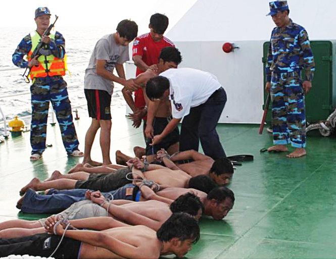 Cảnh sát biển khống chế bọn cướp ngay khi đưa lên tàu CSB 4034 - Ảnh: Đức Định