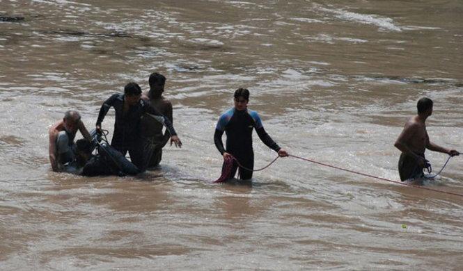 Đội thơ lặn triển khai hoạt động cứu hộ.