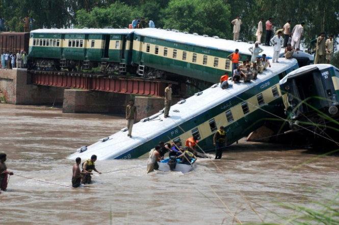 Hàng trăm người hỗ trợ cứu nạn tai hiện trường vụ tai nạn