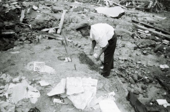 Một trận lở đất ở bắc thị trấn Phú Lộc đã cuốn và chôn vùi nhiều người. Người dân thắp hương tưởng niệm nạn nhân trên nền đất còn vương rất nhiều đồ đạc - Ảnh: LÊ THANH HÀ