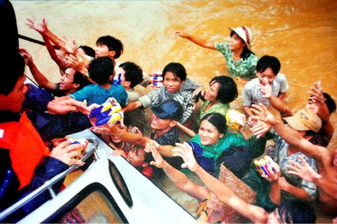 Đây là bức ảnh của anh Lê Thanh Hà đăng trang nhất Tuổi Trẻ ngày 6-11-1999 nhưng lại được ghi tác giả là... tiệm Internet - Ảnh tư liệu Tuổi Trẻ