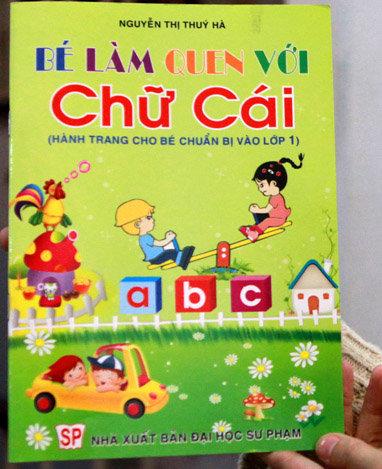 Sách học vần tiếng Việt lại vẽ cờ Trung Quốc - Tuổi Trẻ Online