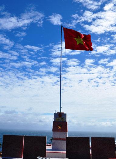 Cột cờ Tổ quốc trên ngọn núi cao nhất Lý Sơn đó làcột cờ Lý Sơn.