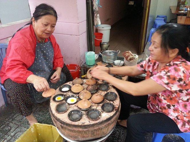 """Hình ảnh chiếc lò than ,có nhiều """"lỗ tròn"""" trên bề mặt rất đỗi thân quen - Ảnh: Huyền Trần ahalong.com"""