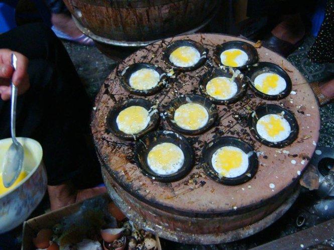 Trứng được đổ trên mặt bánh, tạo thành nhân bánh - Ảnh: Huyền Trần
