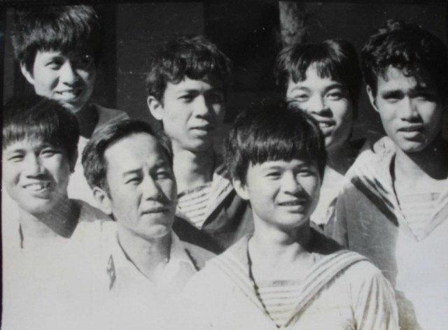 Thuyền trưởng Vũ Huy Lễ (đứng giữa, hàng đầu) và các chiến sĩ tàu HQ-505 năm 1988 - Ảnh tư liệu