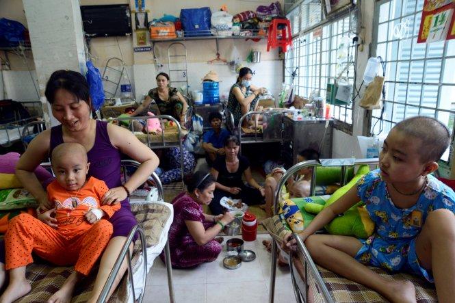 Một phòng bệnh chưa đầy 20m2 nhưng có hơn 40 người kể cả bệnh nhân và người thân (ảnh chụp tại Bệnh viện Ung bướu TP.HCM chiều 14-4) - Ảnh: Duyên Phan