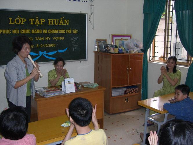Cô Nakajima dạy (tình nguyện) môn âm nhạc cho các em tại một trường dành cho trẻ khuyết tật tại Việt Nam - Ảnh do tác giả cung cấp