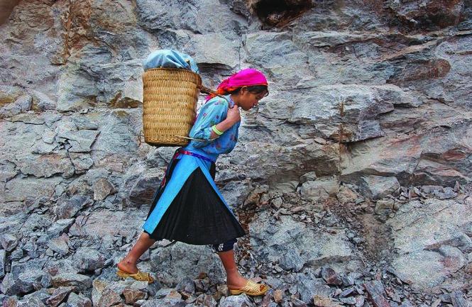Phụ nữ Mông trên đường ra chợ - Ảnh: Kim Hoa