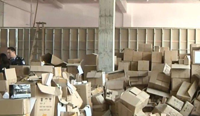 Cảnh sát bố ráp một nhà kho chứa nhiều thùng đựng các mỹ phẩm giả - SCMP