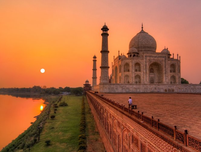 When it comes to beating the crowds, dawn is by far the best time to visit landmarks such as India's Taj Mahal