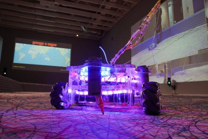 L2D Robot đang vẽ License 2 Draw tại Bảo tàng Nghệ Thuật Singapore. Ảnh: TL