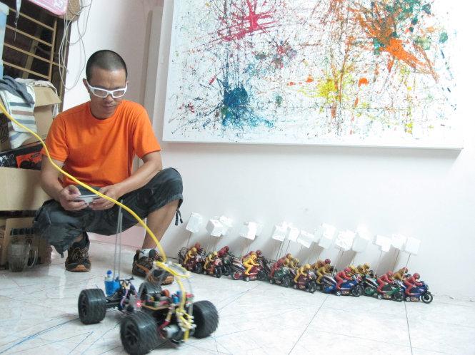Ưu Đàm trắc nghiệm robot L2D tại xưởng vẽ.-Ảnh: Hiền Hòa