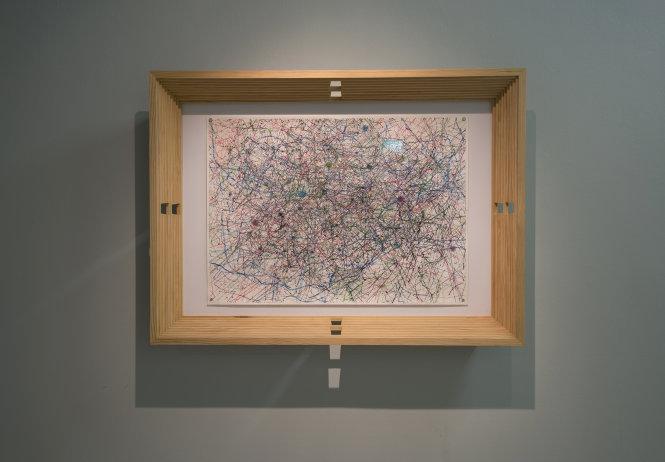 Tranh mực do robot L2D vẽ, hiện treo tại Bảo tàng Nghệ thuật Singapore.-Ảnh: NVCC