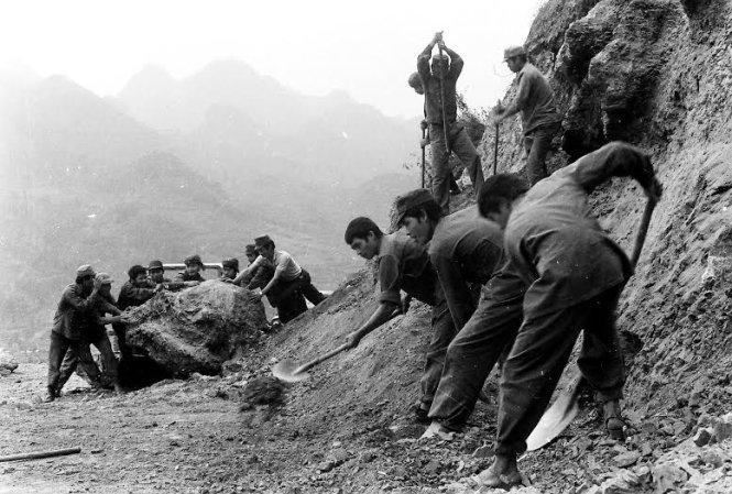 Xẻ núi đưa pháo lên điểm tựa trong cuộc chiến bảo vệ biên giới phía Bắc -  Ảnh: ĐÀO VĂN SỬ