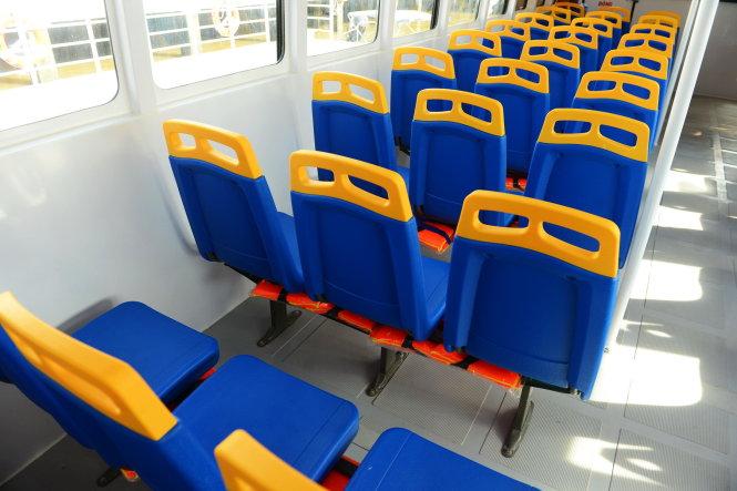 Các ghế ngồi của tàu xe buýt đường sông được trang bị áo phao cho hành khách - Ảnh: QUANG ĐỊNH