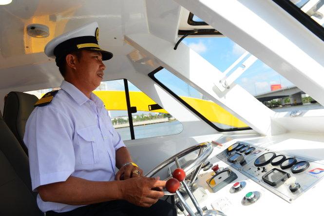 Thuyền trưởng Trịnh Công Sơn điều khiển tàu chạy thử nghiệm trên sông Sài Gòn sáng 22-8 - Ảnh: QUANG ĐỊNH