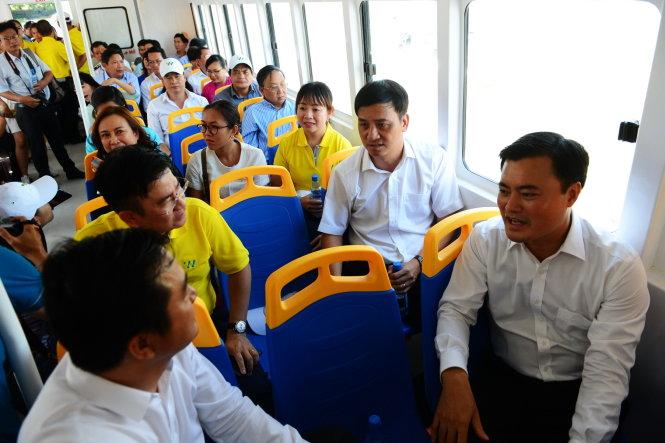 Lãnh đạo thành phố, báo chí và người dân trải nghiệm tuyến xe buýt đường sông trong lần chạy thử nghiệm đầu tiên sáng 22-8 - Ảnh: QUANG ĐỊNH