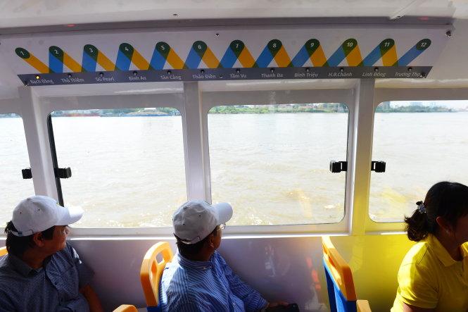 Trên tàu có ghi các bến tàu cập cho khách lên bờ - Ảnh: QUANG ĐỊNH