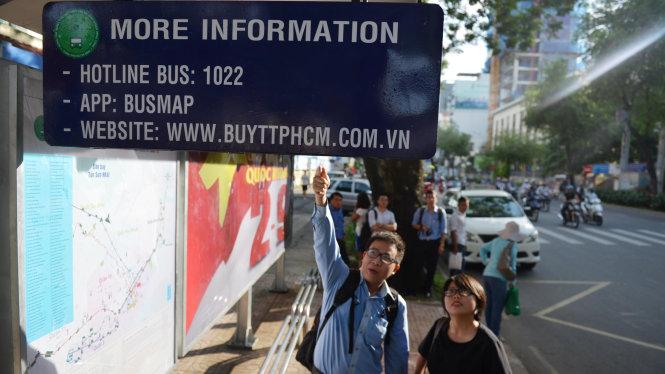 Bảng thông tin điện tử được lắp đặt thí điểm tại trạm xe buýt trên đường Nguyễn Thị Minh Khai, Q.1 - Ảnh: LÊ PHAN
