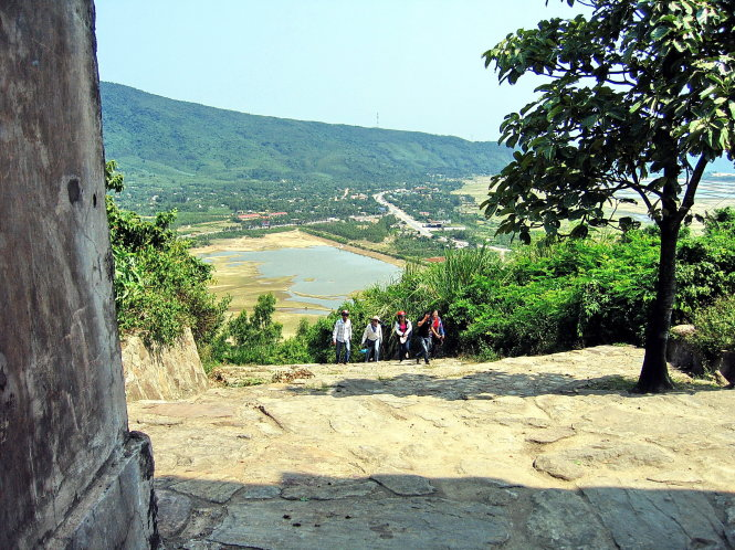 Từ Hoành Sơn Quan nhìn xuống đèo Ngang. -Ảnh: Lam Giang