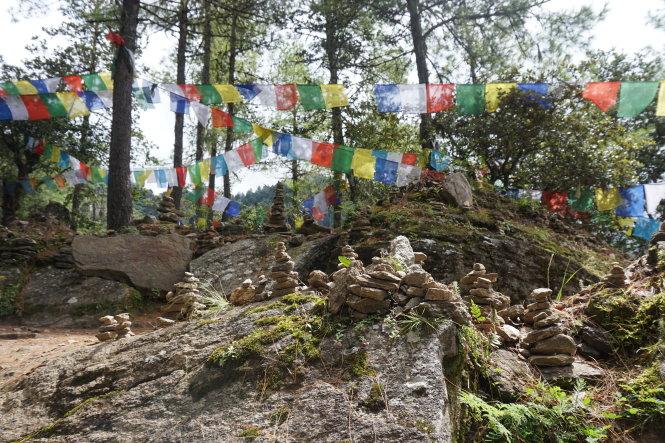 Đường lên đền Tiger Nest, có những đoạn nghỉ chân và thách thức người đi bằng trò xếp đá thăng bằng. -Ảnh: Trần Nguyên
