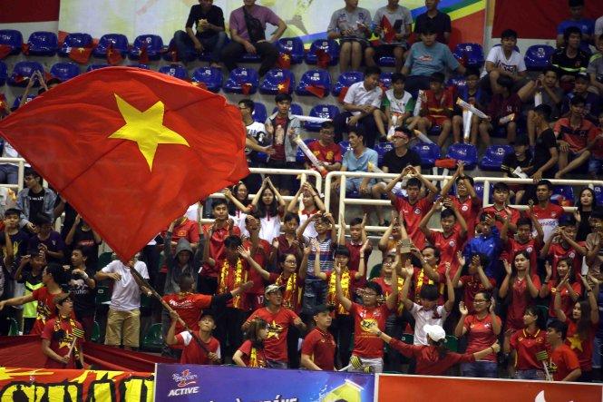 Đông đảo khán giả theo dõi trận khai mạc giữa VN và Philippines. Ảnh: N.K