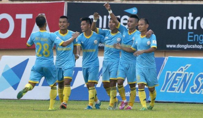 Các cầu thủ Khánh Hòa ăn mừng bàn thắng vào lưới SLNA. Ảnh: DƯ HẢI