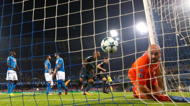 Đạt cột mốc huyền thoại, Aguero giúp M.C giành vé sớm