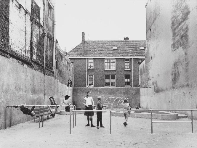 Một sân chơi trẻ em do Aldo van Eyck thiết kế.-Ảnh: pinterest.com