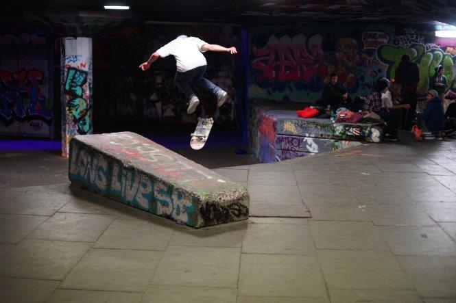 Trong trí tưởng tượng của trẻ nhỏ, thang bộ trở thành nơi biểu diễn ván trượt. -Ảnh: whitenoise.city