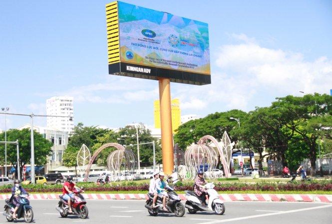 Tấm biển giới thiệu APEC phía đầu cầu Rồng, Đà Nẵng.-Ảnh: Đoàn Cường