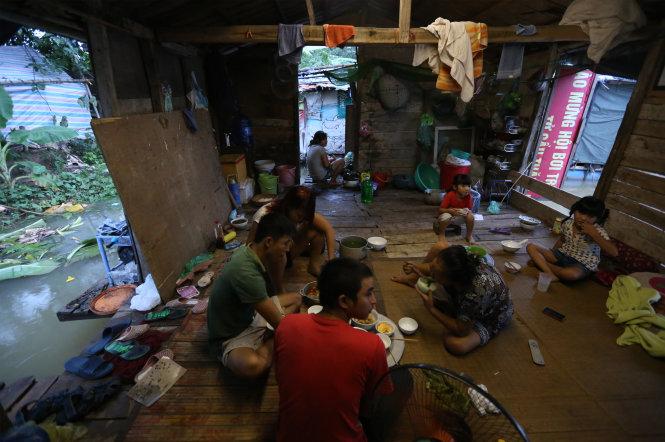 Một gia đình sống ở bãi giữa sông Hồng. Sau gần 20 năm không hộ khẩu, không điện, nước, vài năm trước chính quyền mới đồng ý cho họ đăng ký tạm trú. -Ảnh: Đỗ Mạnh Cường