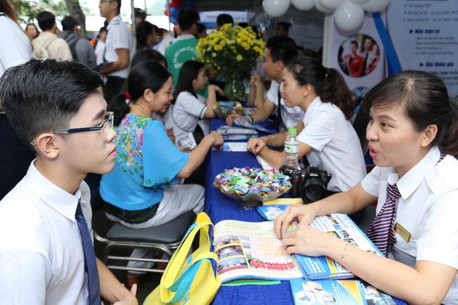 Học sinh các trường THPT nghe tư vấn hướng nghiệp tại gian tư vấn của các trường ĐH trong Ngày hội tư vấn tuyển sinh và hướng nghiệp, do báo Tuổi Trẻ tổ chức tại TP.HCM năm 2017 - Ảnh: NHƯ HÙNG