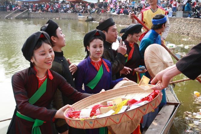 Hát quan họ trên hồ ở Bắc Ninh thu hút người nghe. Ảnh: Phạm Thành Long