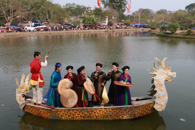 Hát quan họ trên hồ ở Bắc Ninh thu hút người nghe. -Ảnh: Phạm Thành Long