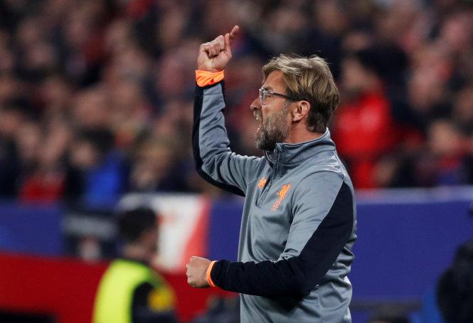 HLV Klopp chỉ đạo các cầu thủ Liverpool trong trận đấu với Sevilla. Ảnh: REUTERS